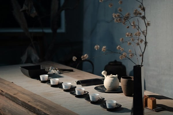 table of tea cups and tea pots
